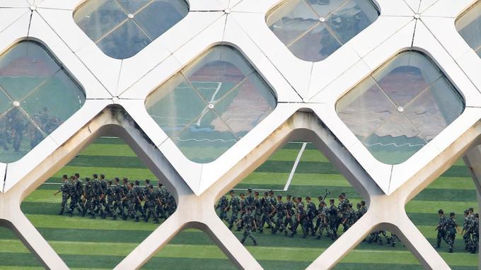Des soldats chinois s'entraînent et défilent dans un stade de Shenzen, métropole située aux portes de HongKong.