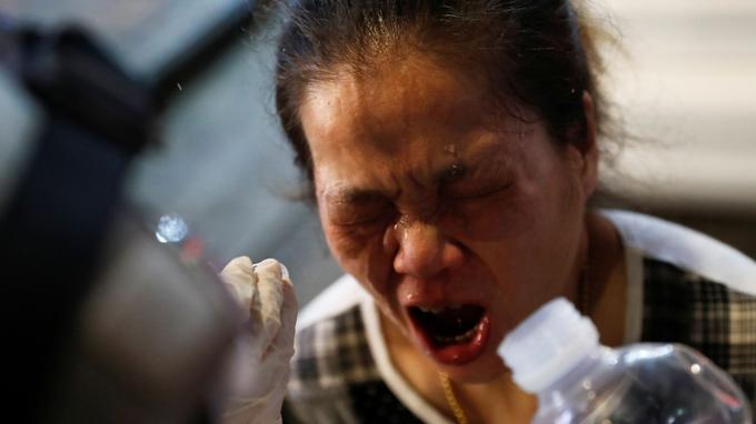 Une femme ayant reçu du gaz lacrymogène dans les yeux, ce mercredi soir à Hongkong.