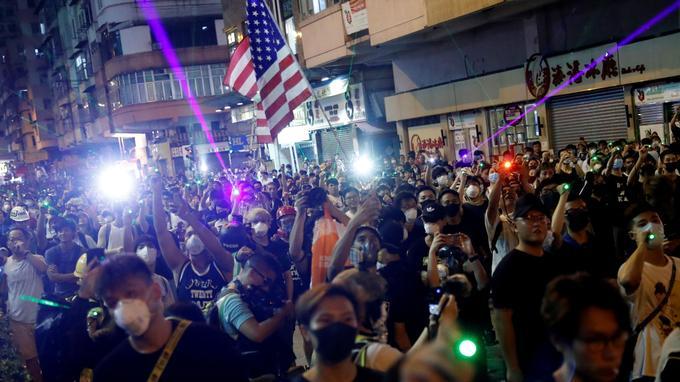 De très nombreux manifestants visaient un commissariat de police de Hongkong à l'aide de pointeurs laser, ce mercredi soir.