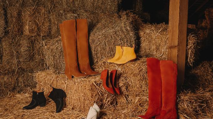 Daphné Bürki, qui a fait des études de stylisme, a créé une collection de chaussures pour la société de vente sur Internet Sarenza, au profit du Secours populaire, auquel elle a également reversé son cachet. Boots, cuissardes et escarpins seront disponibles en octobre sur le site de vente en ligne.