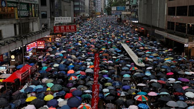 L'Union européenne a lancé un appel à un «dialogue large et inclusif» afin de «désamorcer la situation» à Hong Kong, estimant essentiel de «faire preuve de retenue et de rejeter la violence».