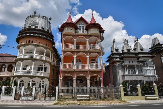 Ces palais donnent lieu à une surenchère déchaînée entre voisins: de nouveaux étages, des tours supplémentaires et des colonnes toujours plus imposantes s'ajoutent au fur et à mesure.