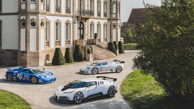La Centodieci prend la pose devant le château Saint-Jean de Molsheim en compagnie des deux EB110 SS de course.