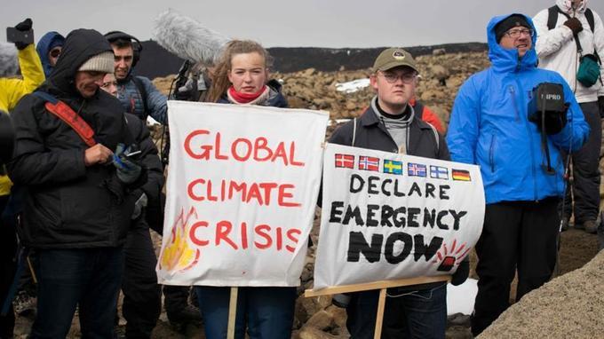 Des Islandais s'affichent avec des slogans dénonçant la crise climatique, non loin de la plaque inaugurée dimanche 18 août en mémoire du glacier Okjökull.