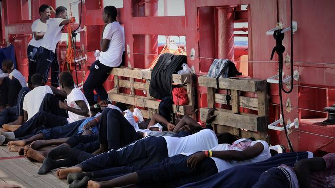 Les 356 personnes à bord vivent dans des conditions difficiles.