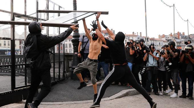 Des tensions sont apparues à Bayonne en fin de journée.