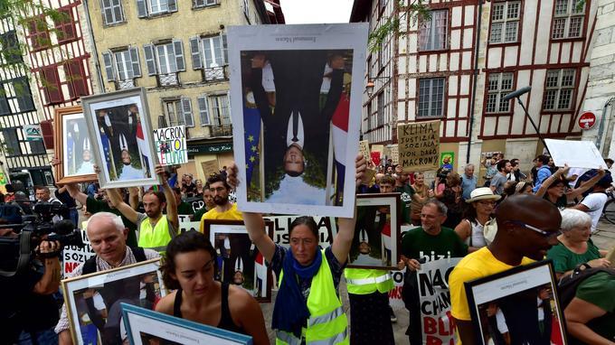 Cette «marche des portraits», est organisée par les mouvements alternatifs et écologistes ANV COP 21, Alternatiba et Bizi, ces deux derniers d'origine basque.