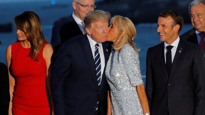Brigitte Macron salue Donald Trump lors de la traditionnelle photographie officielle, le dimanche 25 août à Biarritz.