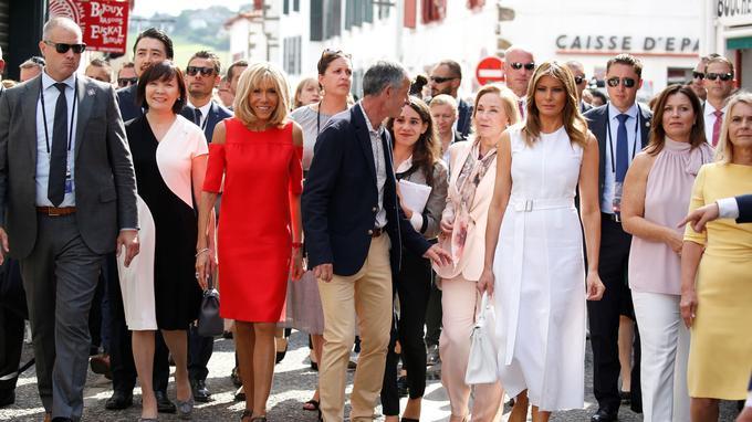 De gauche à droite: Akie Abe (Japon), Brigitte Macron, Cecilia Morel (Chili), Melania Trump (États-Unis), Jenny Morrison (Australie), Malgorzata Tusk (femme du président du Conseil européen). Le maire d'Espelette, Jean-Marie Iputcha, se tient au milieu.