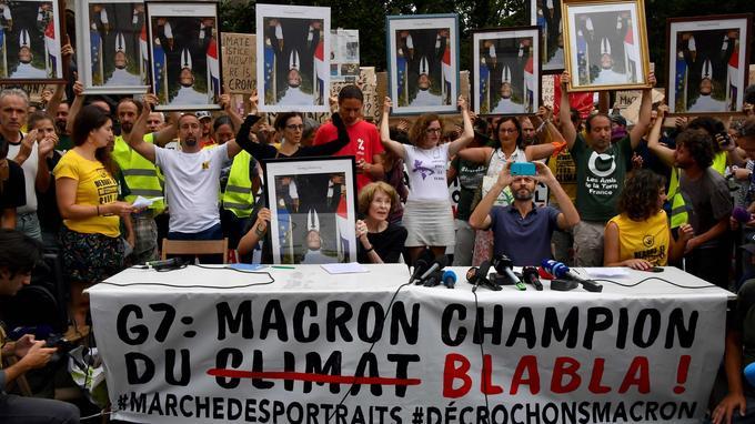Les militants écologistes prennent la parole avec la présidente d'honneur d'Attac, Susan George, à Bayonne le dimanche 25 août.