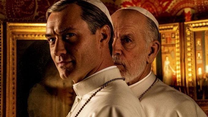 <i>The New Pope</i> avec Jude Law et John Malkovich.