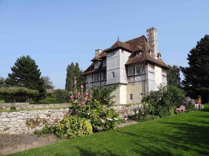 Les 27 chambres sont réparties dans neuf cottages et le manoir, classé aux Monuments historiques.