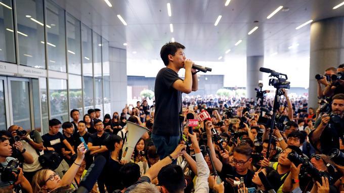 Joshua Wong harangue la foule à sa sortie de prison le 17 juin 2019.