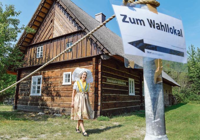 Une jeune femme en tenue traditionnelle sorabe, une minorité slave du Brandebourg, quitte, dimanche, un bureau de vote de Burg, dans le Spreewald.