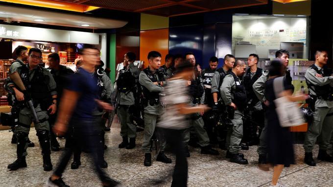 La police anti-émeute surveille une station de métro de Hongkong.
