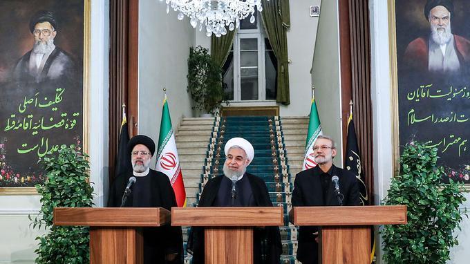 Ebrahim Raissi, le chef du système judiciaire, le président iranien Hassan Rohani et Ali Larijani, le président du Parlement, mercredi, à Téhéran.