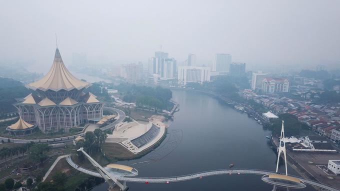 La ville de Sarawak, sur l'île de Bornéo, est également cernée par une brume provoquée par les feux de forêt avoisinants.