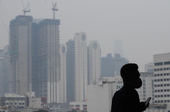 À Kuala Lampur (Malaisie), les nuages de fumée toxique forcent les habitants à porter des masques de protection.