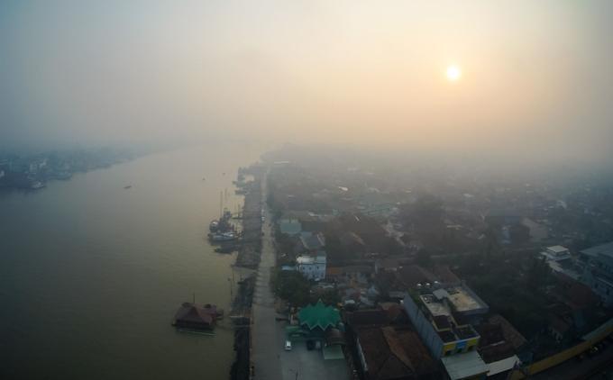 La ville de Palembang, dans le sud de l'île de Sumatra, est plongée sous une épaisse brume provoquée par les feux de forêt avoisinants.