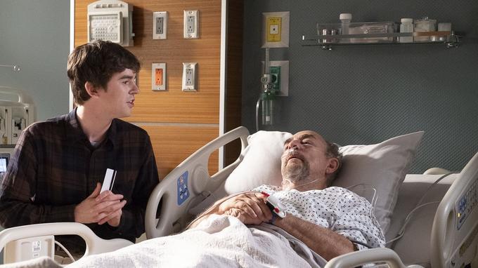 Shaun Murphy (Freddie Highmore) ne quitte pas le chevet du Dr Glassman (Richard Schiff), son mentor
