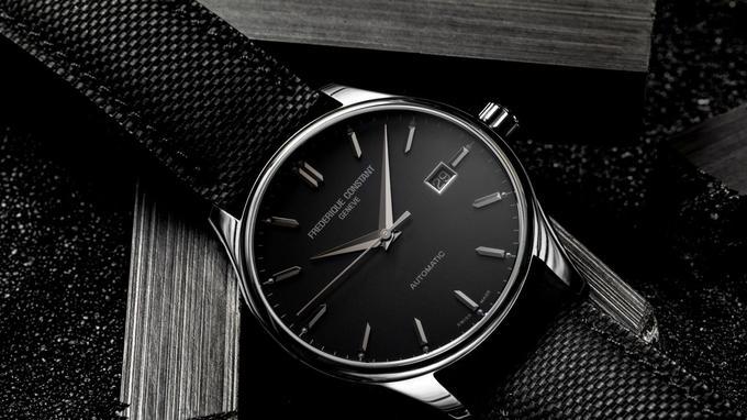 Une montre classique «trois aiguilles/date» pour tenue de soirée chic.