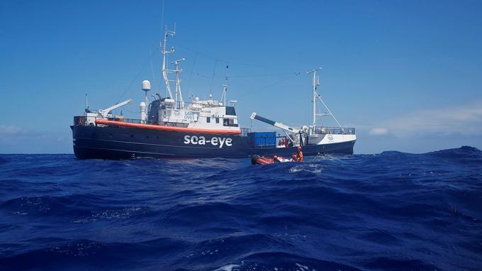 L'équipage du navire Alan Kurdi effectue un exercice dans la zone SAR (Search and Rescue, recherche et secours) au large des côtes nord africaines, en Méditerranée centrale, le 29 août 2019.