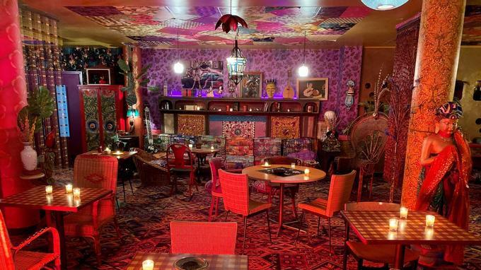 Décor du salon de l'hôtel Nirvana pour «Les Petits Meurtres d'Agatha Christie 70's», où loge le commissaire. Chaque objet est d'époque.