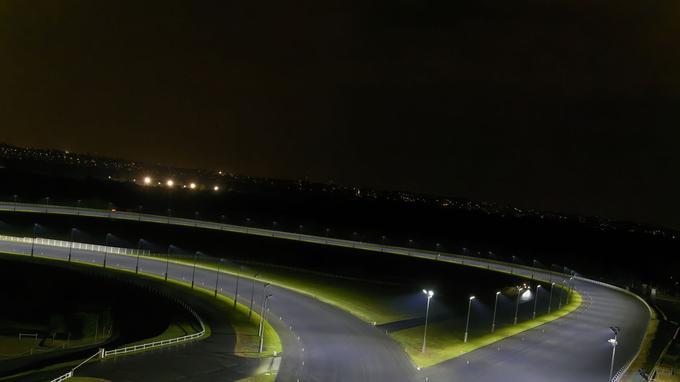 La grande piste de l'hippordome Paris-Vincennes éclairée par une technologie LED inédite.