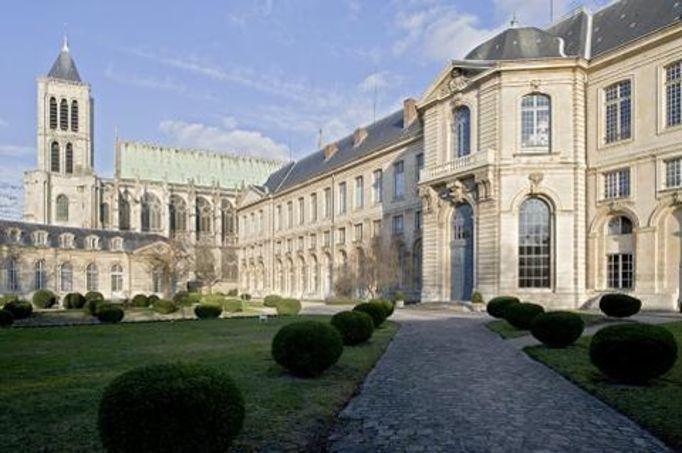 La maison d'éducation de la Légion d'honneur a été créée par Napoléon pour les filles de ses soldats morts au champ d'honneur.