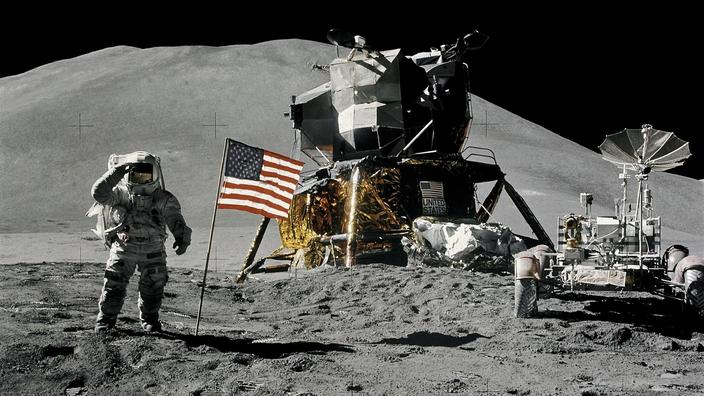 Los astronauta mandíbulas irwin en la luna en la misión Apollo 15 en 1971.