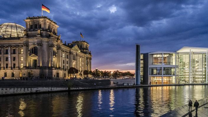 El palacio del reichstag, el parlamento alemán, y su cúpula de cristal tiene vista al río Spree.