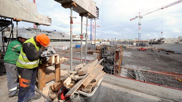 Proprietários trabalham em 29 de abril de 2009 em Valenciennes, na construção do New Nungesser Stadium.