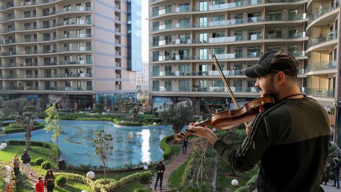 Um músico curdo toca violino para residentes confinados às suas casas. Erbil (Iraque), 17 de Março de 2020