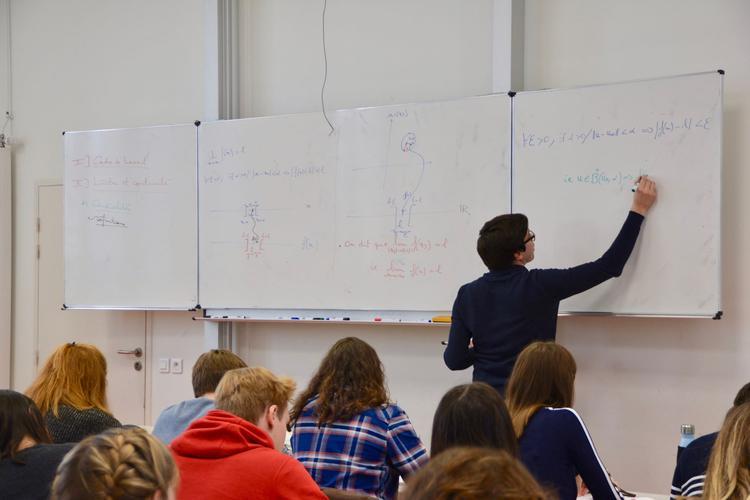 En ECE, Fabien Giraudeau noircit le tableau de formules obscures pour quiconque a laissé les mathématiques derrière lui après la terminale.