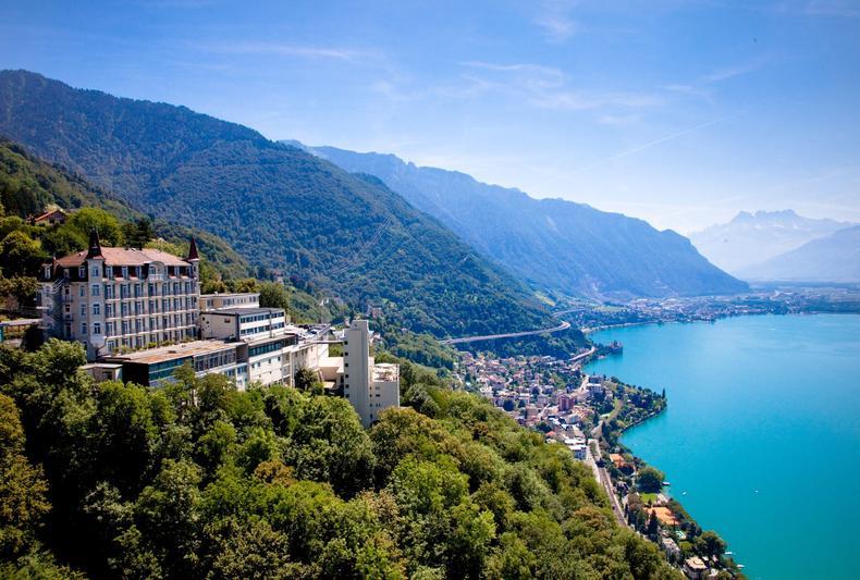 L'école hôtelière Glion dispose d'une vue imprenable sur le lac Léman et les Alpes françaises.