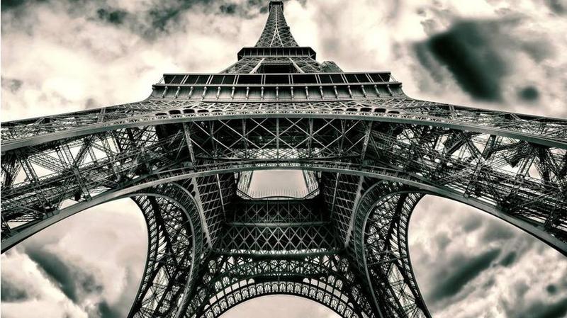 Ici, Lu0027entretien Par Des électriciens En 1937. Libération De Paris, Août  1944: Femmes Et Soldats Américains Devant La Tour Eiffel. Juillet 1945.