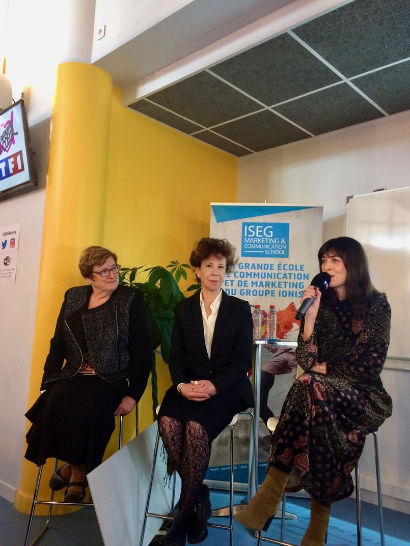 Mireille Decroix, présidente départementale des Restos du Coeur, Véronique Colucci, ex-femme de Coluche, et Nolwenn Leroy, chanteuse membre des Enfoirés depuis 2006, devant les étudiants de l'Iseg.