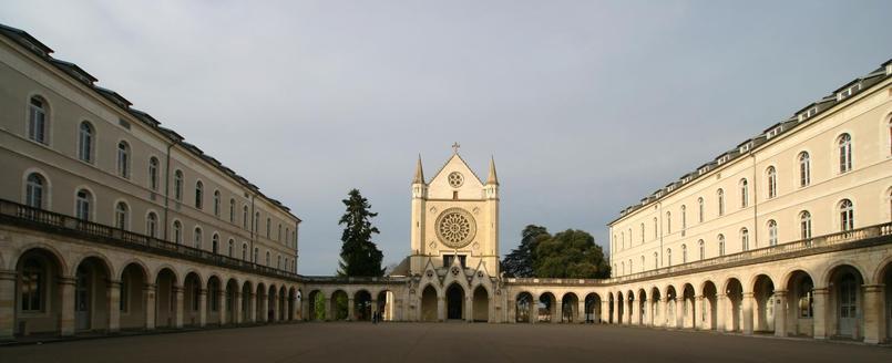 Le lycée Jacques Cœur de Bourges offre des formations générales, technologiques et professionnelles.