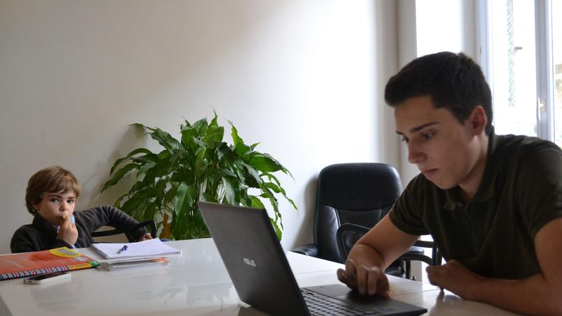 Dans son ancien lycée, Armand avait de bonnes notes mais ne travaillait pas.