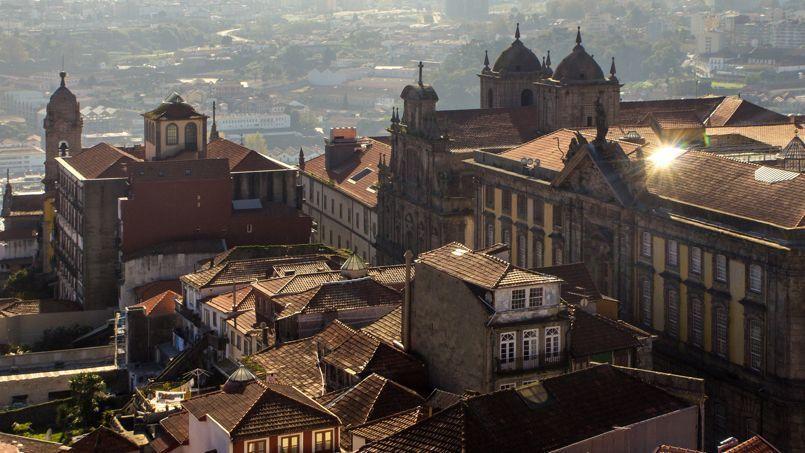 Les touristes apprécient de se balader dans les ruelles de la vieille ville de Porto.