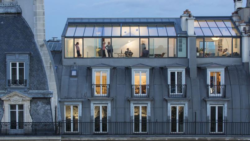 Vue de l'extérieur. Dans le grand espace gauche de la verrière, le grand duplex rénové. À côté, Crédit photo: Luc Boegly