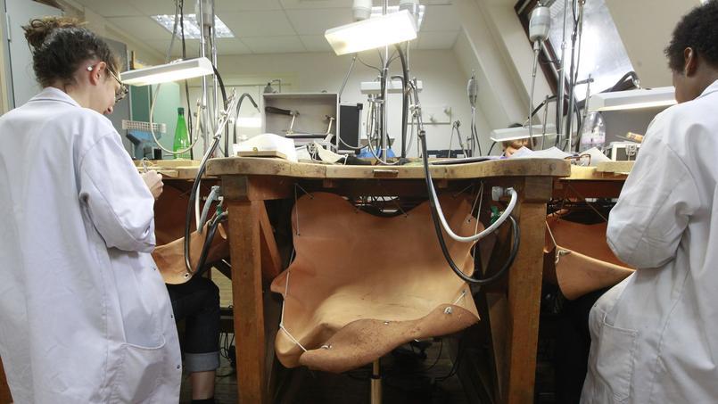 Les équipements de l'école sont parfois plus que centenaires, comme les tables découpées en demi-cercle, dotées d'une cheville au centre pour recevoir la pièce et d'une peau de cuir en dessous pour récupérer les éléments précieux.©Sébastien Soriano.