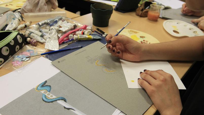 Un élève trace les éléments qui vont être découpés, en tenant compte du dessin original du professeur. ©Sébastien Soriano.