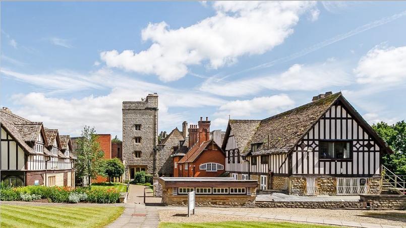 On aperçoit ici les différentes parties du manoir, celle en briques rouges et celle construite ensuite, dans le style Tudor. (Carter Jonas)
