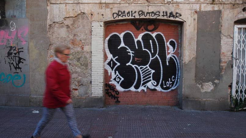 Fenêtres et portes murées pour éviter les squats mafieux.