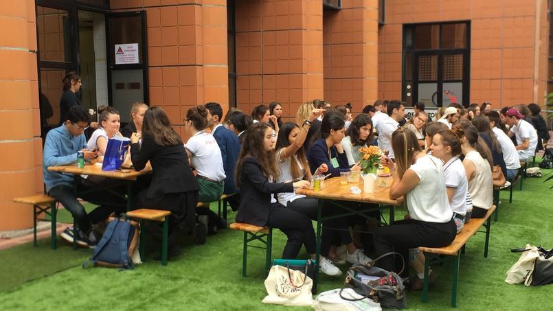À l'heure du déjeuner, admissibles et admisseurs se retrouvent sur de grandes tables à l'extérieur du bâtiment. © Aude Bariéty