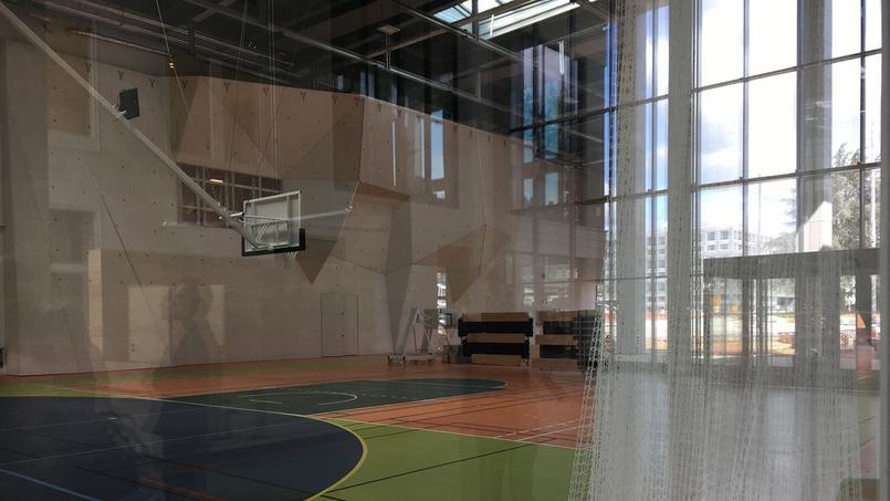 Le gymnase est déjà opérationnel. Et comme le souligne l'architecte, la porte peut s'ouvrir en grand. Avec le grand hall et le patio, l'ensemble peut accueillir 2400 personnes, à l'occasion des grands événements comme le forum école-entreprises en particulier. Seul bémol, selon le directeur, l'absence de mur d'escalade prévu pour 2020, comme la piscine.
