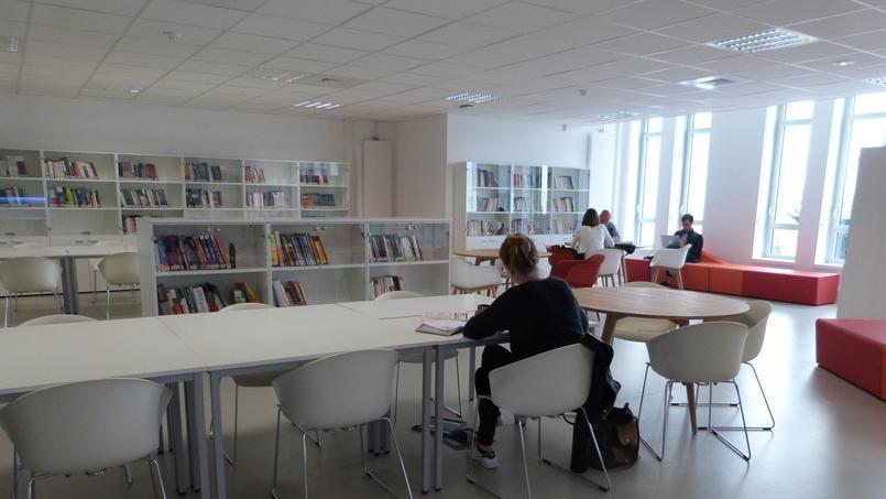 En ce 6 septembre, quelques jours après la rentrée, peu d'élèves utilisent encore la bibliothèque - © Aude Bariéty