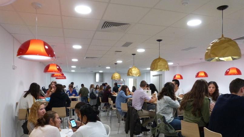 La cafétéria, facilement pleine à l'heure du déjeuner! - © Aude Bariéty
