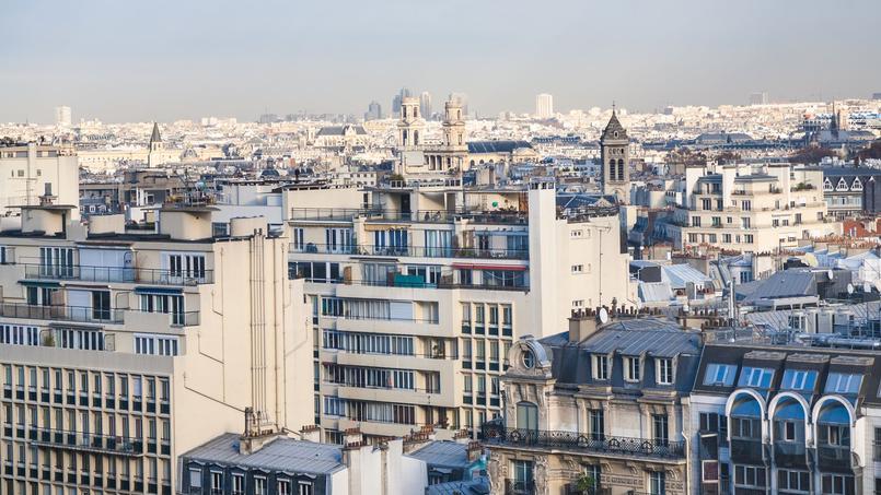 À Paris, des étudiants bénéficient de colocations à coût réduit en échange de leur implication dans un projet associatif.